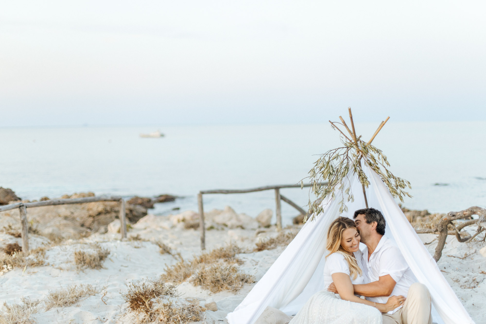 Elopement-Shooting am Strand von Sardinien fotografiert von Yvonne & Rolland Photography