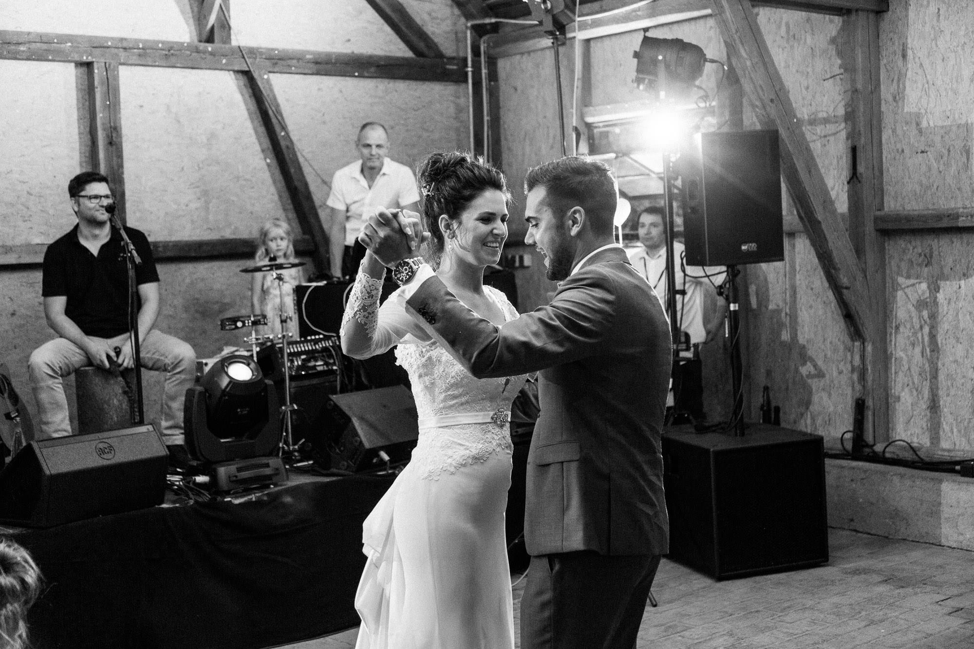 Sommerhochzeit in einer Scheune von Julia & Marco - Hochzeitsreportage fotografiert von Yvonne & Rolland Photography