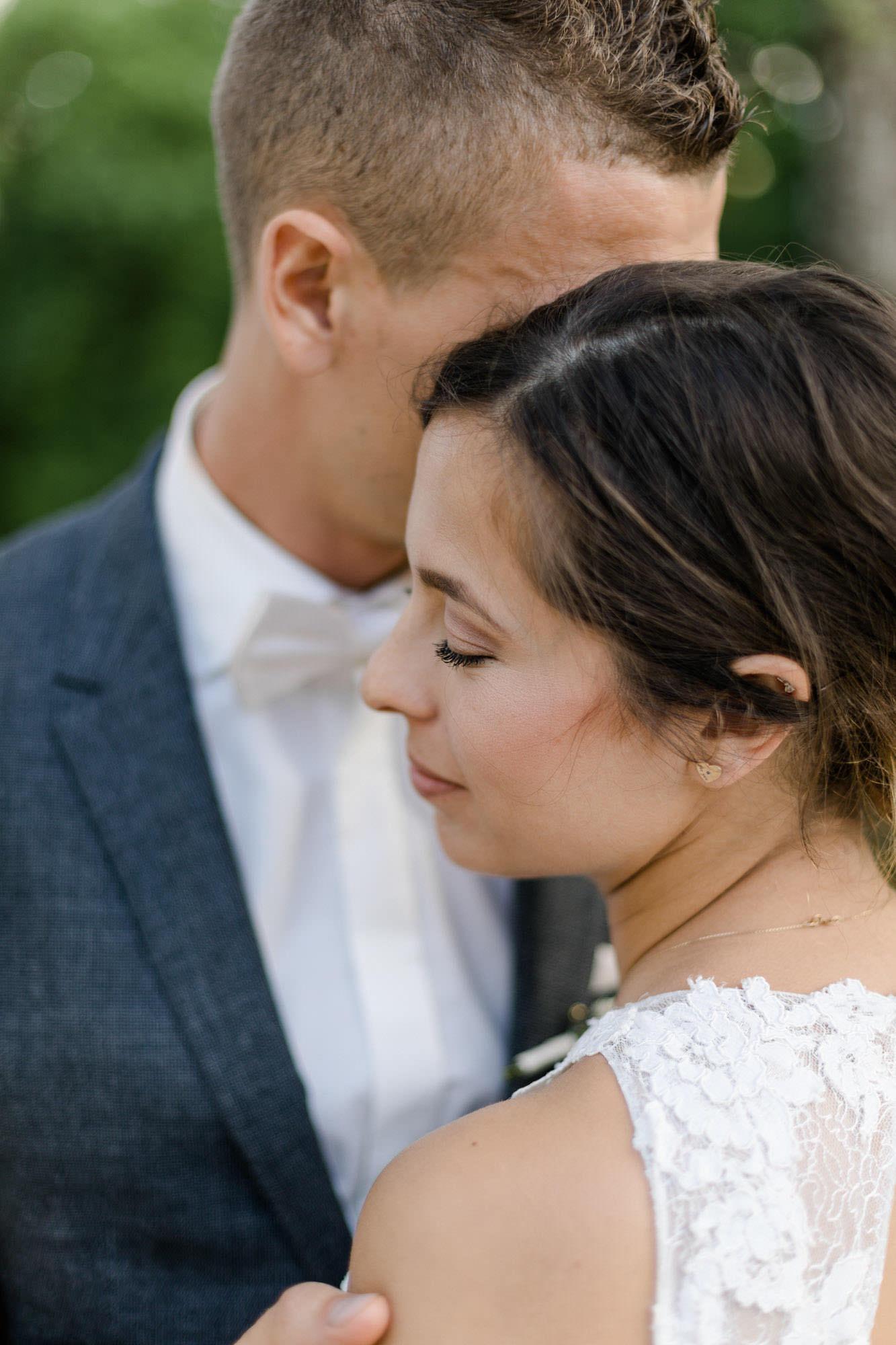www.yvonneandrolland.com/gallery/verena-mathias/Hochzeit-GutMergenthau-40.jpg Hochzeit Verena & Mathias, Gut Mergenthau, Kissing - Hochzeitsreportage fotografiert von Yvonne & Rolland Photography